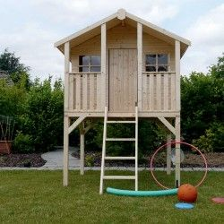 Maison en bois enfants sur pilotis - Noah Lamaisonnettesur pilotis Noah est une grandemaison en bois pour enfants, idéale pour qu'ils y créent leur monde imaginaire. Facile d'accès grâce à une échelle, cettemaison surélevéeleur donne l'impression d'être dans leur proprecabane, où toutes sortes de jeux sont inventés ! Elle est équipée d'une porte, de deux fenêtres et d'une terrasse, tout en bois. Le bois provient de forêtexploitée de manière responsable. Vous pourrez installer vous-même une cabane en bois sans le moindre problème à l'aide du manuel de montage fourni. Il est conseillé de faire le montage à 2 personnes. Il n'y a pas de limite d'âge pour jouer dans cette maison pour enfant. CaractéristiquesDimensions (L x l x H) :180 x 190 x 281cm Surface intérieure 2,22 m² Poids : 210 kg Épaisseur du bois: 16 mm Garantie: 2 ans