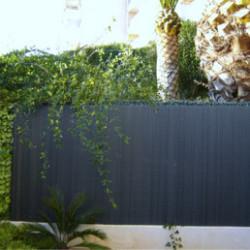 Pour abriter des regards indiscrets votre balcon ou terrasse, différents choix s'offrent à vous : canisses, haies végétales artificielles, treillis végétal artificiel, etc... Vous pouvez vous tourner vers une canisse, pouvant exister sous forme naturelle ou artificielle. La canisse naturelle, comme ce modèle en pin offrant une occultation à 90%, offre un rendu très qualitatif et peu s'intégrer à merveille dans un jardin. De nombreux autres matériaux peuvent être utilisés : osier, carex, bambou, tiges de rosier, etc... Mais, vous pouvez également faire le choix de la canisse en PVC. Ces modèles nécessitent beaucoup moins d'entretien et sont bien plus résistants aux intempéries. Leur traitement anti-UV leur donne également une grande longévité. Leurs principaux défauts ? Le rendu plastique est moins esthétique. La canisse PVC s'intègre donc moins bien dans un jardin. Enfin, les extrémités sont relativement fragiles.Pour l'aménagement de votre extérieur, choisissez la qualité Atout Loisir. Nous sélectionnons des produits de qualité pouvant répondre à tous vos besoins. Cherchez et trouvez la canisse adaptée à votre projet.