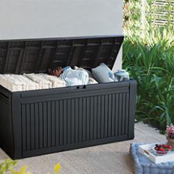 Les coffres et armoires d'extérieur vous permettront de profiter d'un espace de rangement supplémentaire pour votre jardin ! Ils résistent aux intempéries et aux UV et nécessitent peu d'entretien. Grâce à leur design et leurs couleurs, ils aménageront parfaitement votre jardin, tout en offrant un grand espace de stockage supplémentaire. Vous pourrez ainsi y ranger vos outils de jardinage, vos vélos ou même cacher vos poubelles.