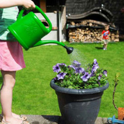 Arrosoirs de jardin en plastique de 6L ou de 11L. Légers et pratiques, ils possèdent une large poignée pour un bon maintien. Ils sont résistants aux UV et au gel. Fabrication 100% française.