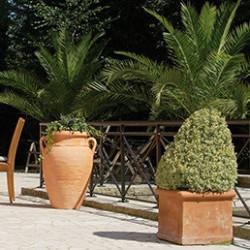 Notre sélection de poterie en résine de plastique s'adapte aussi bien à une habitation qu'aux halls d'entreprise ou aux extérieurs. Résistants, design et faciles d'entretien, nos pots se déclinent en différentes couleurs, formes et tailles. Les poteries sont livrées avec un bac à plantes intégré. Il ne vous est donc pas nécessaire de remplir entièrement la poterie de terre, ce qui facilite la mise en place et l'entretien de vos compositions florales. Tous nos pots sont fabriqués à partir de matières premières 100% recyclables. Nos poteries sont teintées dans la masse et non pas peintes, cela les rend moins sensibles aux rayures. Leur processus de fabrication les rend ultra-résistantes aux chocs. Une poterie classique est soumise aux intempéries et à des variations de températures pouvant occasionner d'éventuels dommages. Les matériaux de grande qualité utilisés rendent nos produits résistants aux conditions climatiques et leur garantissent une longue durée de vie.