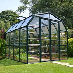 Retrouvez chez Atout Loisir les plus beaux modèles de serres de jardin en verre, considérées comme les plus résistantes du marché. Optez pour une serre de jardin polycarbonate pour vos cultures, elles sonttrès solides et moins chères. Enfin, les serres adossées et les vérandas s'aménagent très facilement pour devenir le prolongement de votre maison. Vous n'avez plus qu'à choisir! Les serres de jardin en verre trempé sont idéales pour les semis et bouturages des plantes florales et potagères exigeantes en chaleur car le verre apporte toute la luminosité nécessaire à la croissance de vos cultures (il retient la chaleur). Il est aussi très pratique pour l'hiver car il protège des grandes vagues de froid. De plus, le verre trempé est un matériau intéressant car il résiste aux chocs et est esthétique. Le saviez-vous? Les serres en verre trempé sont 7 fois plus résistantesqu'une serre classique! Elégantes, elles s'intègrent parfaitement dans le jardin. Pour une serre de jardin pas cher, mais tout aussi robuste et efficace, choisissez une serre de jardin en polycarbonate. Cultiver vos potagères en primeur avec une serre parfaitement isolée qui retiendra la chaleur l'hiver pour ne donner que le meilleur à vos cultures. Vous trouverez une large sélection de serre polycarbonate de toute taille: de 2,30 m² jusqu'à 17,06 m², pour tout type de culture. Vous avez des projets d'agrandissement de maison? Optez pour une serre adossée ou une véranda. Faciles à installer, les serres adossées Palram sont résistantes et possèdent des parois transparentes pour laisser entrer un maximum de lumière. Elles peuvent donc faire office de véranda. Grâce à la serre adossée, vous pourrez cultiver vos plantes ou légumes et les protéger en gardant une température constante dans la serre. Pour l'organisation de vos cultures, nous proposons toute une gamme d'accessoires pour serre: table de culture, étagères, pots… Pour continuer le développement des cultures en hiver, munissez-vous d'un chauffage po