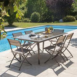 Vous avez toujours rêvé d'un joli salon de jardin? Tant mieux, il n'y a rien de plus agréable que de profiter d'un agréable au moment de détente en extérieur. Esthétique et pratique, le salon de jardin pas cher est composé d'une table et de chaises (ou fauteuils) assortis. Vous pouvez l'emménager comme bon vous semble, et même le déplacer facilement pour être sur de profiter toute la journée des rayons du soleil. Le salon de jardin en résine est idéal car il est contemporain et peut rester dehors sans trop subir les UV du soleil et les fortes pluies. Dans notre large gamme, vous trouverez également des tables de jardin en aluminium et en verre pour accueillir vos nombreux convives. Nous proposons également des chaises et des fauteuils de jardin moderne et amovibles, mais aussi des canapés d'extérieur. Optez pour un meuble de jardin en résine ou en bois pour accompagner votre ensemble table et chaises de jardin. Nos coffres de rangement vous offre un espace pour entreposer vos coussins de jardin et tout le matériel nécessaire à l'entretien de la terrasse, du potager et de la piscine. Une autre solution de rangement est l'armoire extérieure, réputée pour sa solidité et sa résistante aux intempéries. Les coffres de rangement sont à la mode ces dernières années, c'est pourquoi leur design travaillé vous permet de l'incorporer dans votre jardin en toute discrétion. Nous mettons également à votre disposition des caches poubelle en bois au style épuré. Dans notre gamme de mobilier de jardin, vous trouverez des bains de soleil, plus communément appelé des transats. Ces chaises longues sont fabriquées en résine tressée ou en aluminium et textilène. Profitez d'un agréable moment de détente en installant votre transat au bord de la piscine. Profitez d'un bon repas en plein air sans vous soucier des rayons du soleil en achetant un parasol. Nous proposons des modèles inclinables ou déportés qui vous permettent d'orienter le parasol en permanence pour toujours être protégé. Pour 