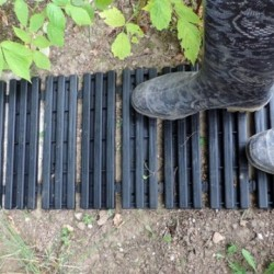 Grâce au chemin potager, finie la terre sous les chaussures, vous pourrez vous déplacer et même pousser une brouette dans votre jardin en toute facilité.
