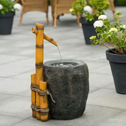 """Pour l'aménagement de votre extérieur, pensez à y intégrer une fontaine de jardin. Que vous recherchiez une ambiance zen et design, ou quelque chose de plus moderne, coloré ou amusant, vous trouverez dans cette catégorie la fontaine de jardin correspondant à vos attentes. Vous cherchez une fontaine de jardin à l'aspect naturel ? Tournez vous vers le modèle Sedona à éclairage LED. Fabriquée en polyrésine, elle imite un ancien tronc d'arbre et apporte une touche authentique à votre extérieur. Pour une ambiance plus contemporaine, tournez-vous vers la fontaine de jardin Montreux formée de 4 """"trompettes"""" design. Que vous cherchiez une fontaine de jardin à poser ou à fixer à un mur, notre offre est complète et répondra aux envies de chacun. L'atout principal de la fontaine de jardin est de brasser l'eau de manière continue, ce qui lui permet de rester limpide plus longtemps. De plus, le bruit produit par la fontaine de jardin est très relaxant et vous permettra de vous reposer dans votre jardin ou sur votre terrasse, bercés par le bruit de l'eau qui chante."""