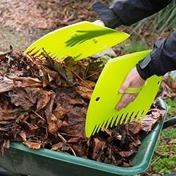 En automne, la corvée du ramassage des feuilles mortes au jardin est inévitable. Et ce n'est jamais un moment de plaisir, surtout pour votre dos. Découvrez des outils qui vous aideront à gagner du temps, et à soulager votre dos. Très simple d'utilisation, les ramasses feuilles et souffleurs de feuilles vont feront gagner en efficacité.