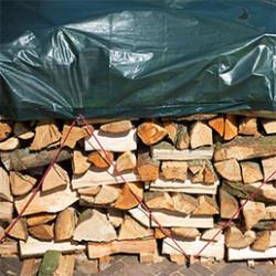 Aussi appeléebâche de jardin, une bâche de protection permet de couvrir et de conserver votre matériel et matériau d'extérieur. Elle protège vos objets de la poussière et des aléas météorologiques tels que la pluie, le vent, la neige ou la grêle. Ses usages sont multiples,de la protection de vos outils de jardinage à la préservation de votre bois, elle s'utilise en toutes circonstances. Fabriquéesà partir de matériaux dérivés du plastique, nos bâches de protection sont conçues pour résister aux conditions extérieures. Elles sont ainsi indéchirables et renforcées pour vous garantir une longue durée d'utilisation. De plus, grâce à leur matière lisse et souple,elles sontfacilement lavables à la main. Disponibles dans plusieurs dimensions et grammages, nos bâches de protection sont sélectionnées pour leur grande robustesse, leur durabilité et leurs finitions. En effet, ellesprésentent des coins renforcées, pour limiter les risques de déchirures, et des œillets métalliques permettant un maintien optimal.