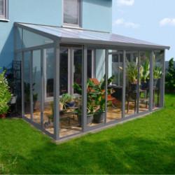 Vous envisagez d'ajouter une extension à votre maison ? S'il s'agit simplement d'ajouter une nouvelle pièce ou d'agrandir une pièce existante, vous pouvez songer à installer une véranda. Grâce à ses parois entièrement transparentes et traitées anti-UV, la véranda offre la possibilité de faire rentrer le jardin dans le salon. Qu'il pleuve ou qu'il vente, vous pouvez vous installer et profiter de votre extérieur tout en restant à l'intérieur, au chaud. La véranda peut être adossée à la maison mais elle peut également être installée au milieu du jardin (le modèle de véranda Striano en aluminium sera idéal pour ça), pour faire office d'abri de jardin ou salon de jardin annexe. Faites par exemple le choix de la véranda San Rémo de 12,5m² gris anthracite pour apporter une touche de modernité à votre extérieur et profiter de votre jardin différemment. À utiliser comme salon ou agrandissement de la salle à manger, les usages sont multiples. Profitez de votre véranda à n'importe quel moment et faites régner bien-être et sérénité.
