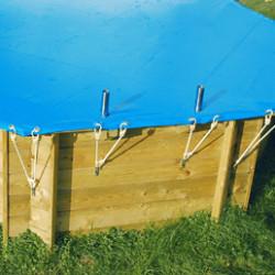 Facile et rapide à installer, découvrez notre gamme de bâches de sécurité piscines. Disponibles dans de nombreuses dimensions, elles sont la solution pour protéger efficacement votre piscine lorsque celle-ci n'est pas utilisée. Pouvant également être utilisée comme une bâche d'hivernage de sécurité, la bâche de sécurité fait parti des systèmes de sécurité contre la noyade des jeunes enfants.