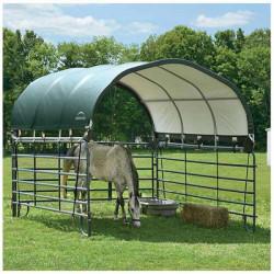 Besoin d'acquérir un abri pour chevaux ? Atout Loisir vous proposeune sélection de référencesde qualité professionnelle. Avec un abri pour chevaux, protégez vos équidés. Configurez votre abri de manière à le faire correspondre à vos besoins ainsi qu'à votre environnement : terrain, vent, altitude... Chaque projet possède ses spécificités. Nous disposons d'une offre étendue pouvant s'adapter à un grand nombre de situations. Nous avons par exemple un abri pour chevaux de 7 mètres sur 4 mètres, couvert d'une bâche en polyéthylène vert (29m²) et pouvant être utilisé comme tente de pâturage. Besoin de plus d'espace afin d'utiliser votre abri pour chevaux comme une tente de stockage ? Tournez-vous vers l'abri pour chevaux de 48,9m². Les bâches couvrantes sont étanches et résistantes aux UV. Les structures en acier résistent à la rouille pour une meilleure longévité du produit. A l'inverse nous pouvons également vous proposer de simples panneaux latéraux pour box.